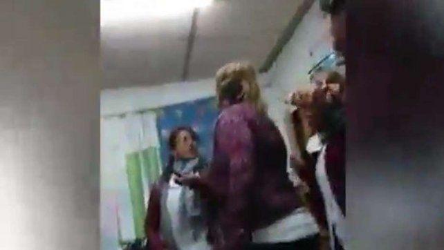 [VIDEO] Brutal agresión a una maestra: Yo a mi hijo lo crío como se me canta la ...