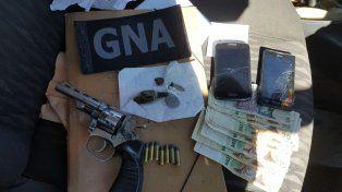armados con un revolver 32 y con drogas: detuvieron a tres muchachos en un control de gendarmeria en b° yapeyu