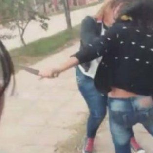 una adolescente apunalo a su companera con una cuchilla a la salida del colegio