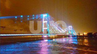 Videos: con un gran show de fuegos artificiales se inauguró la iluminación del Puente Colgante