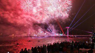 videos: con un gran show de fuegos artificiales se inauguro la iluminacion del puente colgante