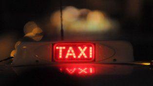 la policia demoro a una pareja que mantenia relaciones sexuales en un taxi