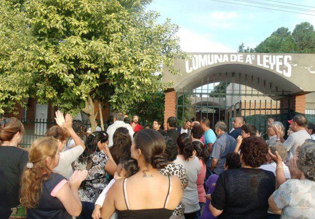 Protesta. En 2015 los habitantes de Arroyo Leyes se movilizaron hasta la comuna para reclamar por la construcción del cementerio.