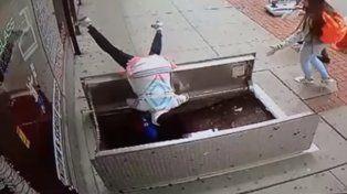 Se cayó a un sótano mientras caminaba por la vereda mirando el celular