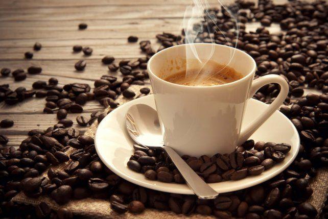El desafío viral de la taza de café: ¿cuál se llena antes?