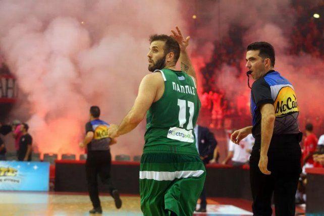 La final del básquet en Grecia terminó en un escándalo de bengalas y bombas de estruendo