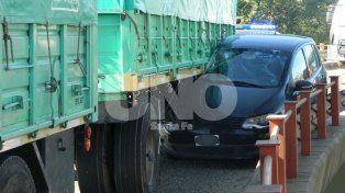 Se salvó de milagro: un camión cerró a un auto en el acceso a la avenida Alem