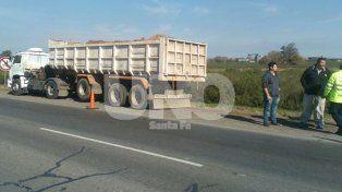 Apresaron a un camionero que conducía ebrio y chocó un auto en la autopista Santa Fe-Rosario