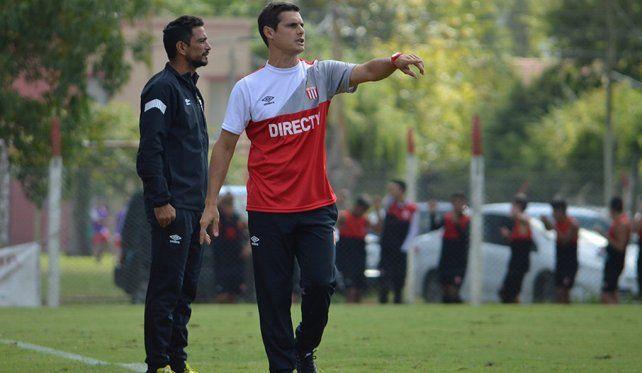Los polémicos tuits del DT interino de Estudiantes contra Carlos Bilardo