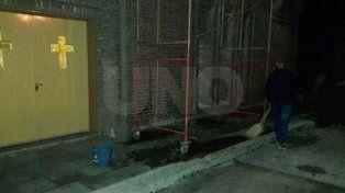 El hombre fue encontrado por la portera debajo de los andamios que se encuentran en la puerta de ingreso al establecimiento escolar.