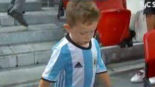 El hijo del Papu Gómez la rompió en la previa del partido desde la tribuna