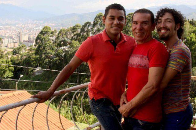 Tres hombres se casaron legalmente en Colombia: así es la primera trieja de Latinoamérica