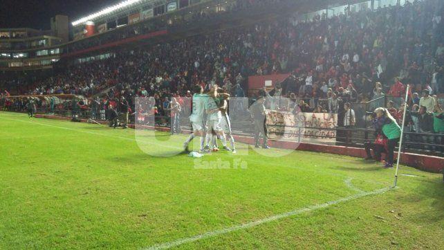 El festejo de los jugadores de Colón tras el gol de Leguizamón a los 37 del primer tiempo.