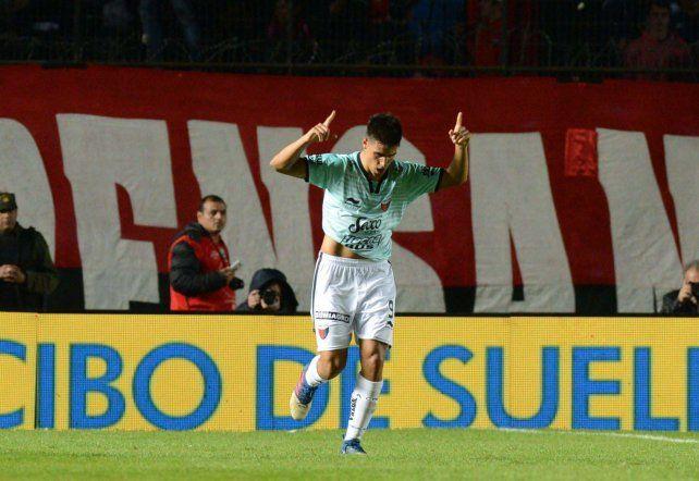 Leguizamón festeja su gol que ponía a Colón 1 a 0 sobre San Lorenzo