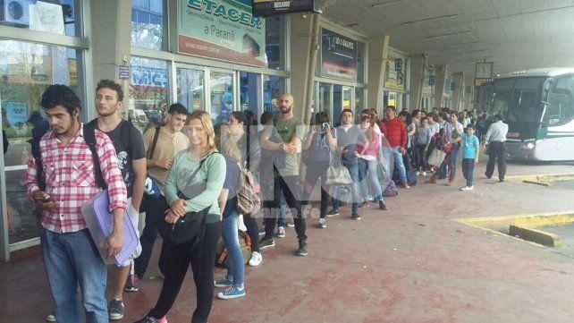 VIDEO: filas de hasta 100 metros para viajar desde la Terminal de Ómnibus de Santa Fe a Paraná