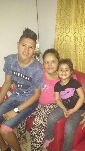 La familia. Tomás con su mamá Ivana y su hermana Isabella.