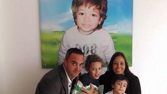 Mateo presente. Diego Esquivo con su esposa Alejandra y los pequeños Gabriel y Jeremías.