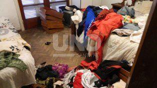 Un caos. Así dejaron un dormitorio los delincuentes tras el atraco. Buscaban dinero.