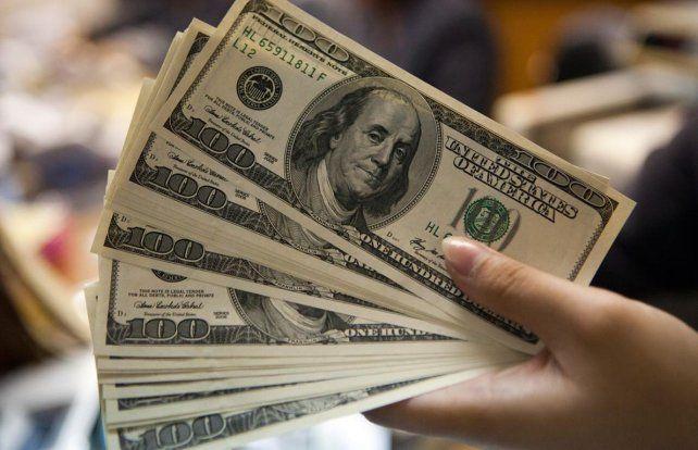 El dólar pegó otro salto ayer y se acerca a los 18 pesos