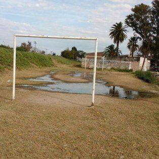 villa del parque: una perdida inundo la canchita de los chicos del barrio