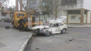 Embestido. Así quedó el auto del hombre que fue llevado al hospital Cullen.