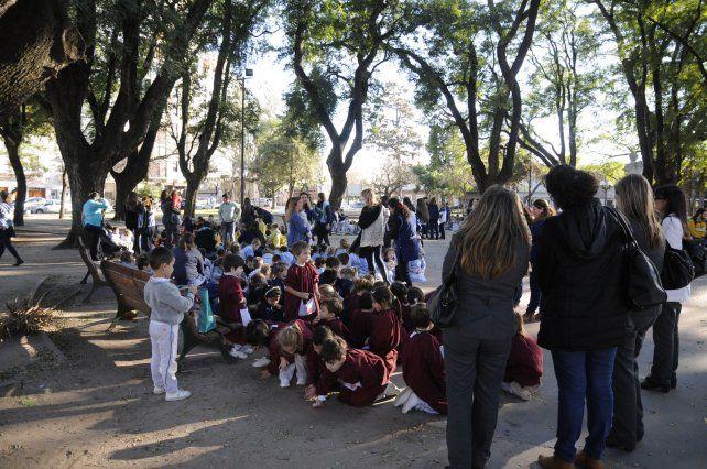 En la plaza Pueyrredón. Allí debieron trasladar a los alumnos de La Salle tras la amenaza.