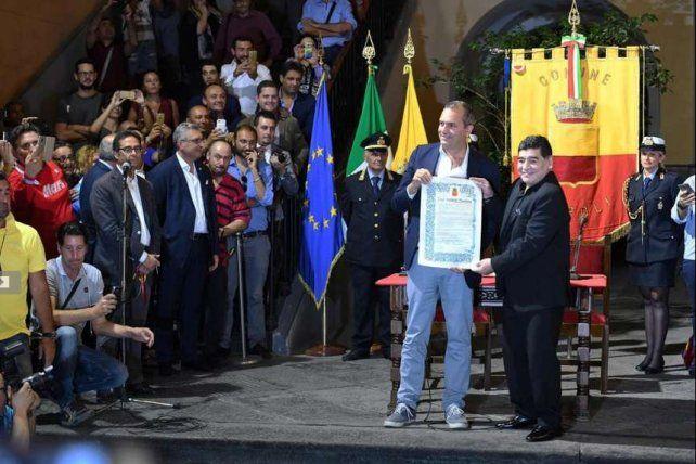 Maradona, distinguido como ciudadano honorario de Nápoles