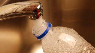 ¿Por qué es peligroso rellenar las botellas de plástico con agua?
