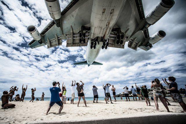 Tragedia en una playa del caribe: murió una turista por el viento de las turbinas de un avión