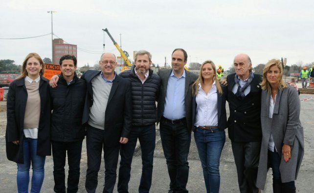En Rosario. Frigerio y Corral junto a gran parte de la lista de precandidatos a diputados nacionales por Cambiemos en Santa Fe.