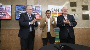 Contrato. El Gobernador junto al secretario de Estado del Hábitat, Diego Leone y Roberto Pilatti.