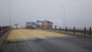 Choque y vuelco de cereal en el puente de la ruta nacional 34 y la 19