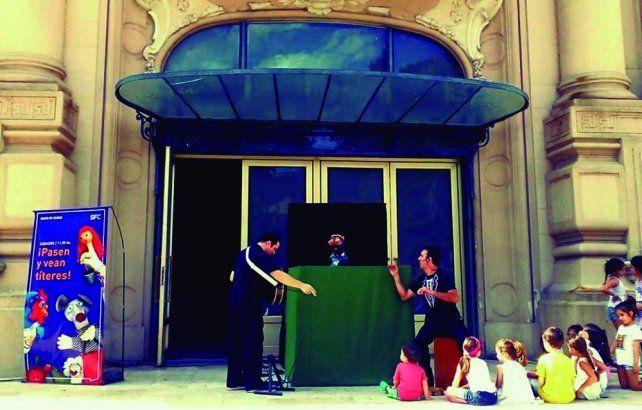 Los títeres juegan con Canciones Animadas en la peatonal