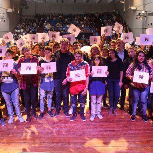 la provincia entrego becas a estudiantes secundarios de la ciudad de santa fe