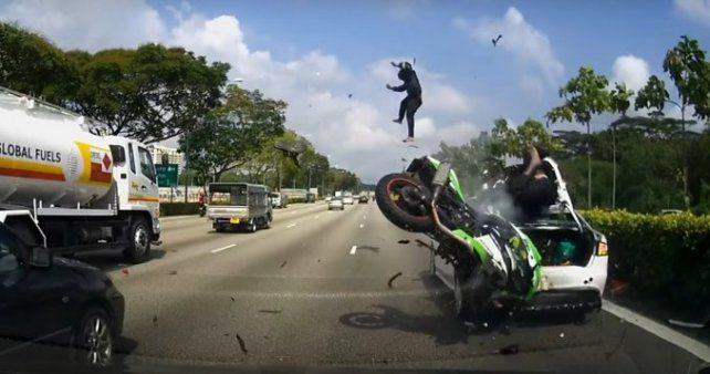 VIDEO: brutal accidente entre una moto y un auto