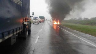 Un auto quedó hecho cenizas en la autopista Santa Fe- Rosario