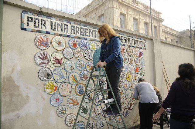 Ago 2 ciudad de santa fe 39 una manito a conin 39 cruzada for El mural de mosaicos