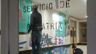 Milo Lockett pinta un mural en área de oncología pediátrica del Iturraspe