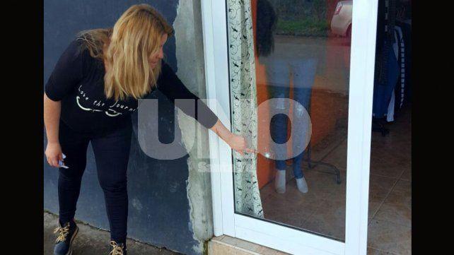 Tiroteo entre delincuentes terminó con un impacto de bala en la vidriera de un local comercial