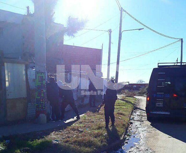 El violento hecho sucedió en las calles de barrio Centenario y terminó con tres detenidos.