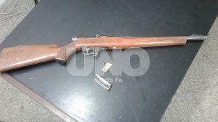 La carabina que le fue secuestrada al joven en barrio Los Troncos