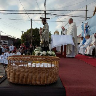 Celebración. En la esquina de Genesio y Alberdi se realizó la misa central, luego de la procesión.