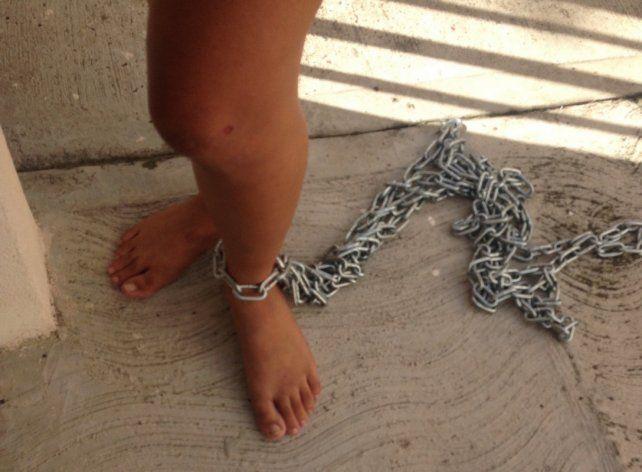 Acusan a una mujer de encadenar a su hija para que no se escape de su casa en Cosquín