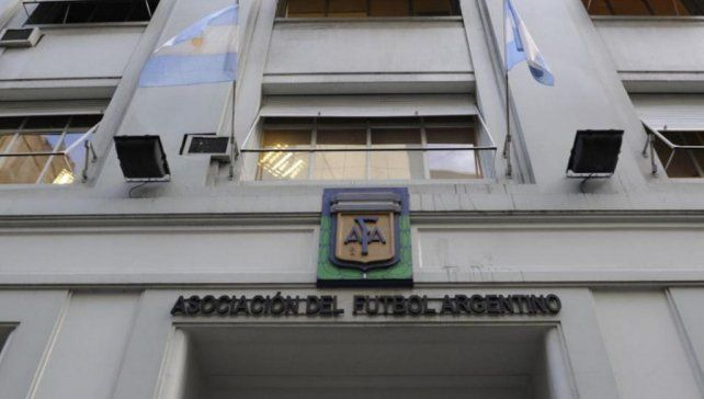 Los clubes deberán estar libres de deudas con sus jugadores para la Superliga