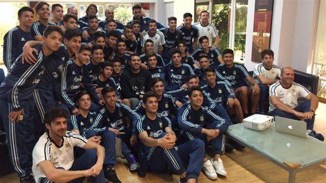 Juan Román Riquelme estuvo con los juveniles que dirigen Pablo Aimar y Diego Placente