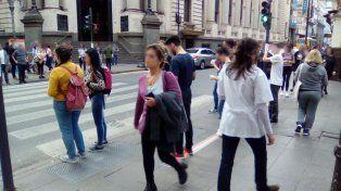 3 de cada 10 personas cruzan la calle mirando el celular