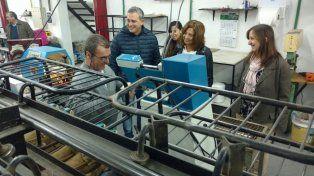 Las diputadas Silvina Frana y Patricia Chialvo junto al presidente comunal de Acebal Daniel Siliano y un trabajador del calzado.