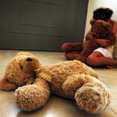 Un nene estaba a punto de ser violado por su tío y su hermana lo salvó