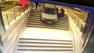 Confundió la entrada de un edificio con un estacionamiento y el resultado fue desastroso