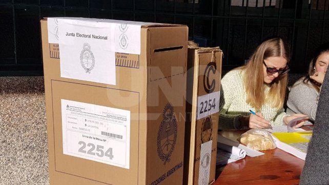 En un domingo soleado, los primeros santafesinos concurren a las urnas